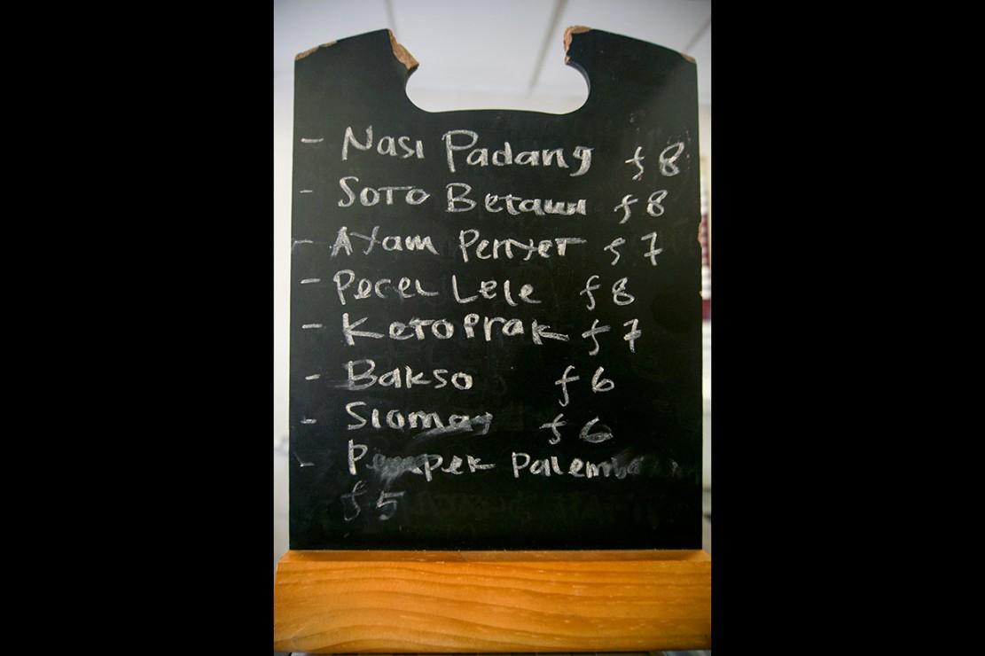 Berbagai macam makanan khas Indonesia disajikan di warung tersebut, mulai dari nasi padang, soto betawi, bakso, ayam penyet, pecel lele, ketoprak, siomay, pempek.