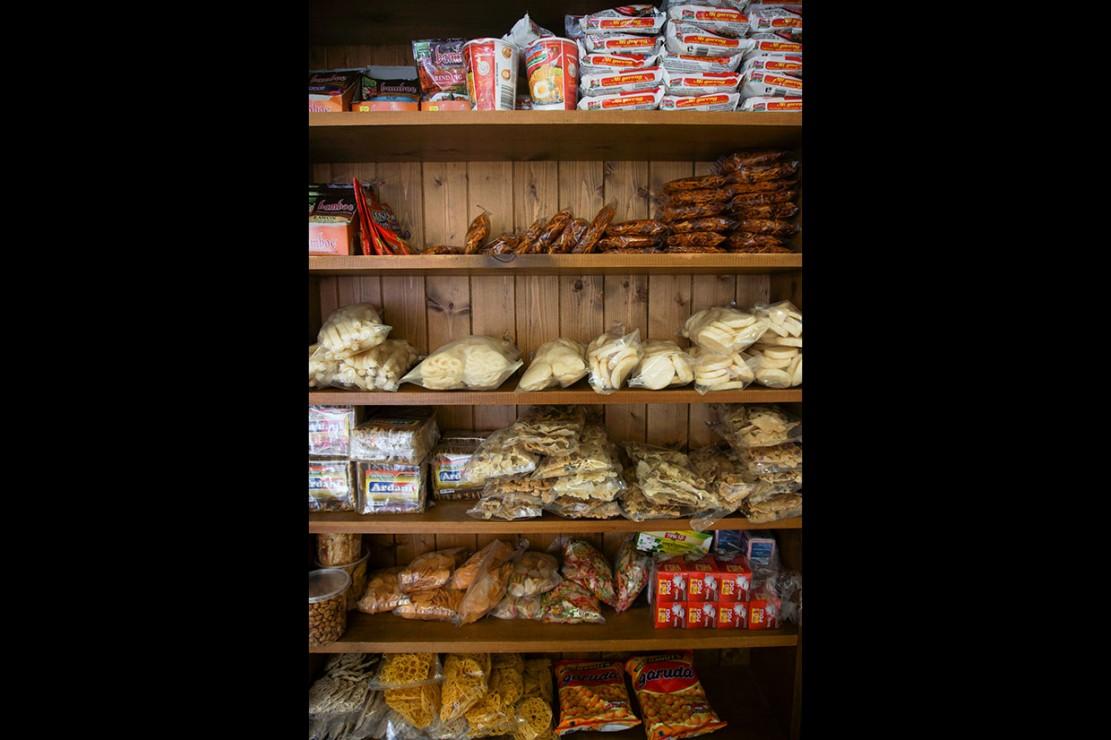 Mie instan serta makanan Indonesia lainnya juga tersedia di warung tersebut.