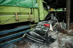Truk pengangkut beras yang diduga mengalami rem blong tersebut menabrak 14 mobil, 19 motor dan rumah sakit tersebut mengakibatkan empat orang meninggal dan sejumlah warga luka-luka.