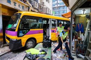 Polisi melakukan penyelidikan di lokasi kecelakaan sebuah bus sekolah tanpa sopir yang menabrak para pejalan kaki di North Point, Hong Kong, Senin, 10 Desember 2018.