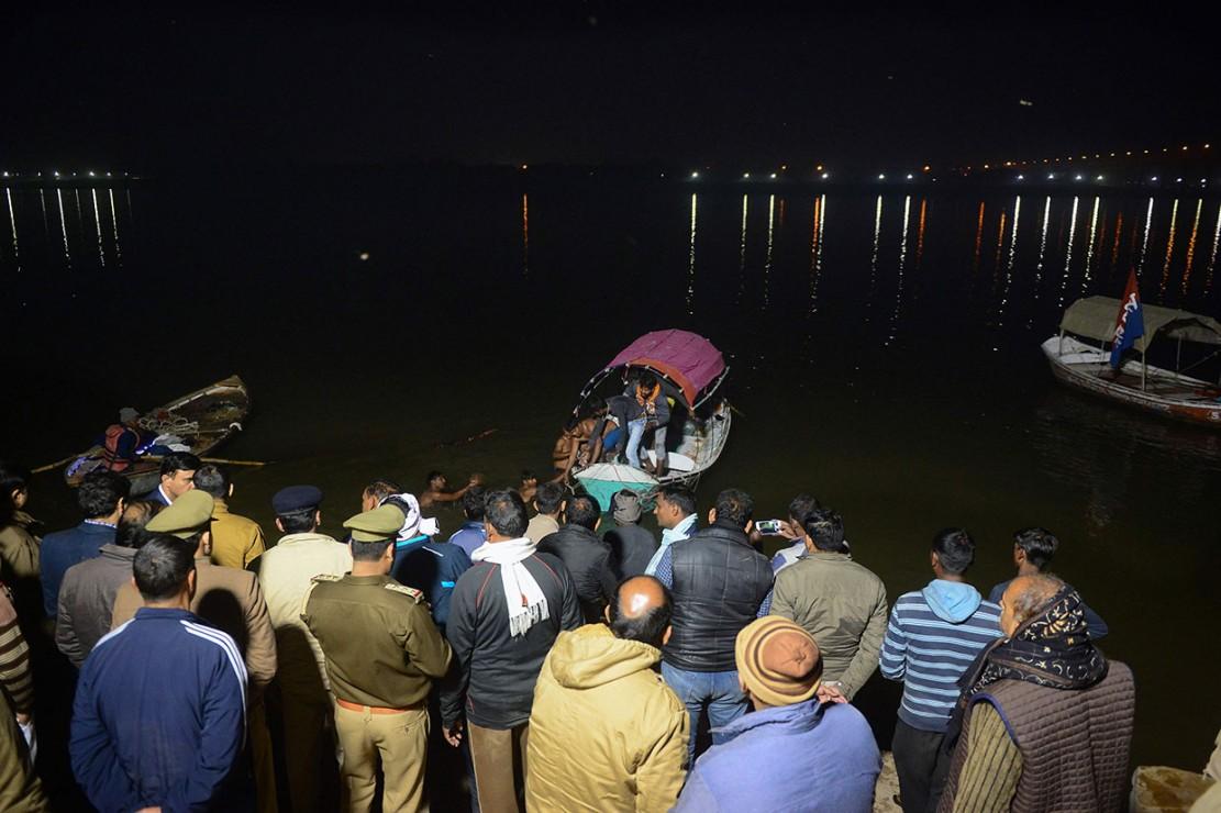 Petugas penyelamat India ambil bagian dalam operasi pencarian dan penyelamatan setelah sebuah kapal terbalik di sungai Yamuna di Allahabad, India utara, Senin, 10 Desember 2018 malam.