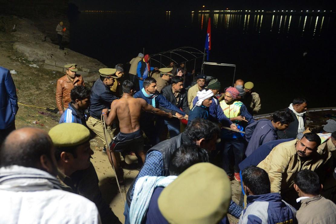 Setidaknya tiga wanita tewas dan lima lainnya hilang setelah sebuah perahu yang membawa 14 orang terbalik di sungai Yamuna dekat kuil Mankameshwar.