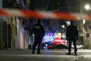 Penembakan dilaporkan terjadi di dekat pasar Natal di pusat kota, Place Kleber. Petugas keamanan telah menutup area dan layanan trem untuk sementara tidak dioperasikan.