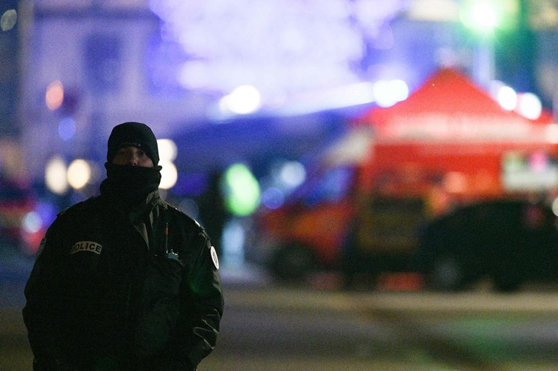 Tersangka melarikan diri dari apartemennya pada Selasa (11/12) pagi ketika polisi menggeledahnya dalam penyelidikan kasus perampokan. Sejumlah granat ditemukan dalam razia itu.