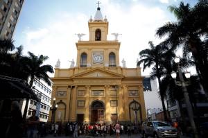 Insiden itu terjadi saat berlangsung misa siang di Katedral Metropolitan kota Campinas, sekitar 100 km di utara Sao Paulo.