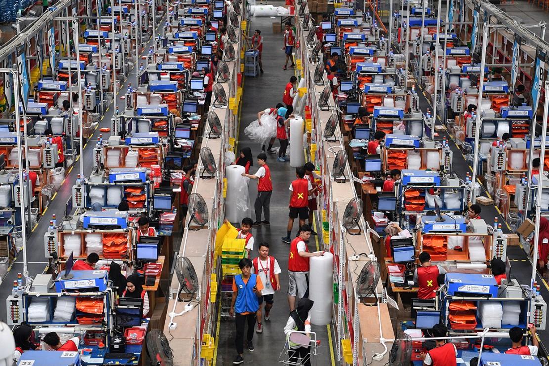 Pekerja mengemas barang pesanan konsumen saat Hari Belanja Online Nasional (Harbolnas) 2018 di Warehouse Lazada, Depok, Jawa Barat.