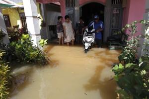Warga mengevakuasi barang -barang berharga saat banjir di kompleks perumahan Sawah Lebar Baru, Bengkulu.