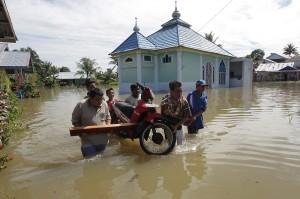 Ratusan rumah di daerah tersebut terendam banjir dengan tinggi rata-rata 50-100 cm akibat intensitas hujan yang tinggi sejak dua hari terakhir serta sistem drainase yang buruk.