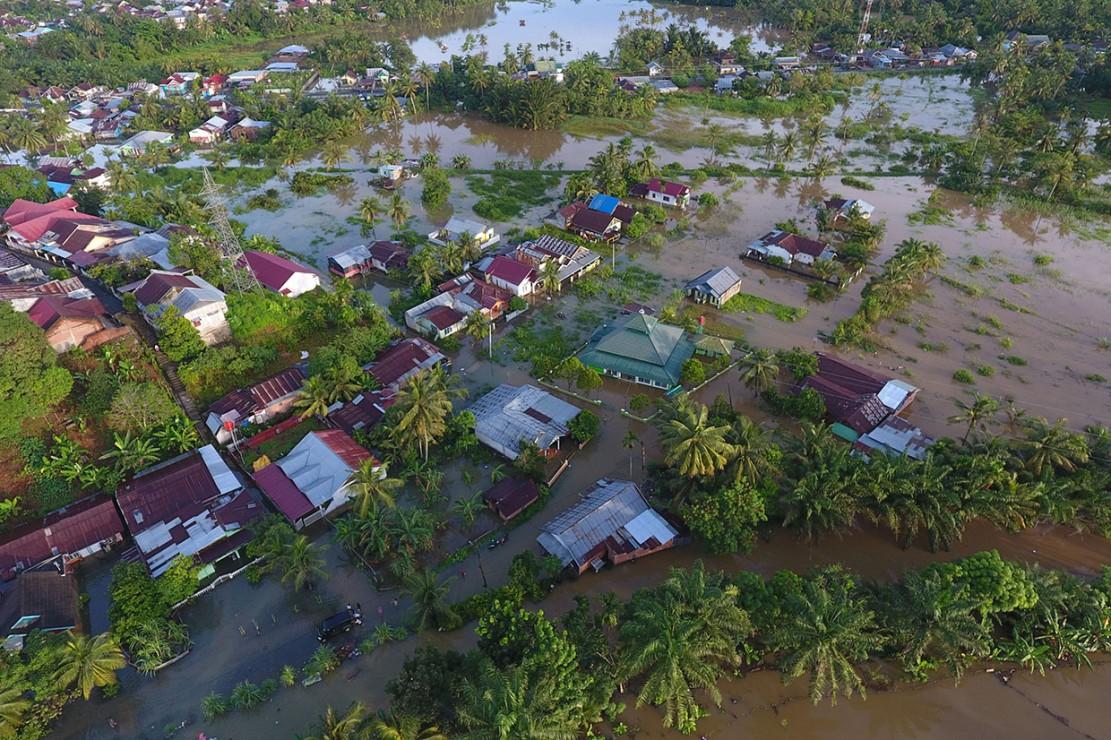 Foto areal kondisi perumahan yang terendam banjir di kompleks perumahan Sawah Lebar Baru, Bengkulu.