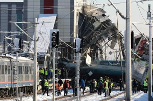 Kereta cepat ini diketahui sedang melaju dari stasiun utama Ankara menuju Provinsi Konya saat kecelakaan terjadi pada Kamis, 13 Desember pagi waktu setempat. Dalam insiden ini, rangkaian kereta cepat yang tengah melaju itu tiba-tiba menabrak sebuah lokomotif.