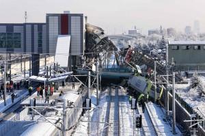 Terlihat beberapa gerbong anjlok dari rel dan puing-puing dari gerbong kereta berserakan di sekitar rel yang tertutupi salju.
