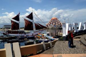 Suasana persiapan Ekspedisi Pinisi Bagi Negeri di Pantai Losari, Makassar, Sulawesi Selatan.