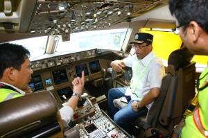 Menteri Perhubungan Budi Karya Sumadi (tengah) mendengarkan penjelasan dari Kapten Pilot Garuda Indonesia saat melakukan sidak kesiapan angkutan Natal dan Tahun Baru di Bandara Soekarno Hatta, Tangerang.