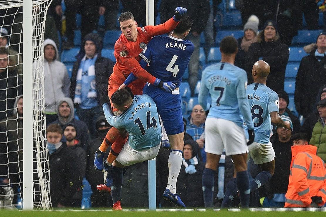 Di menit-menit akhir pertandingan terjadi tabrakan antara kiper City Ederson dengan pemain belakang Everton Michael Keane dan pemain belakang City Aymeric Laporte.