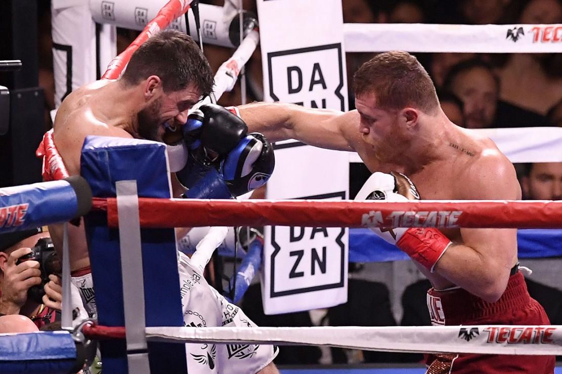 Meski sebagai penantang, Canelo Alvarez lebih dijagokan dan terus berinisiatif melakukan pukulan ke arah Rocky Fielding.