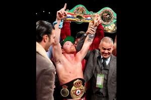 Alvarez menjadi juara baru kelas menengah super WBA. Petinju berusia 28 tahun asal Meksiko itu kini mencatat rekor 51-1-2, termasuk 35 kali menang dengan KO.