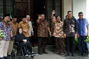 Calon Presiden nomor urut 02 Prabowo Subiyanto bersama Ketua Umum Partai Demokrat melambaikan tangan kepada para wartawan sebelum melakukan pertemuan di kediaman SBY, kawasan Mega Kuningan, Jakarta, Jumat, 21 Desember 2018.
