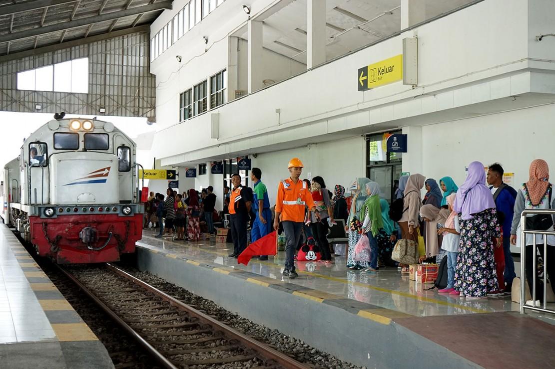 Arus mudik dari Jakarta menggunakan kereta api diprediksi mengalami kenaikan penumpang hingga empat persen atau dari sekitar 5,1 juta menjadi 5,3 juta penumpang.