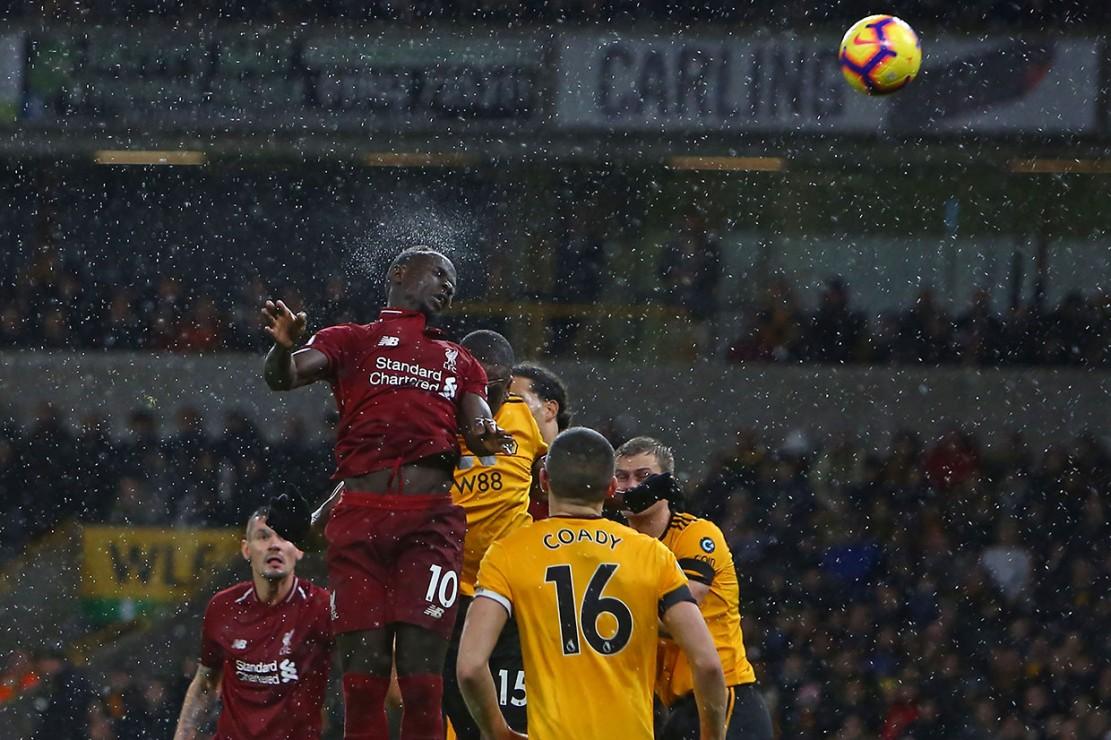 Striker Liverpool Sadio Mane mencoba melakukan peruntungan, namun sundulannya belum menemui sasaran.