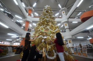 Mahasiswa menata pernik pohon natal berbahan dasar kurungan ayam di Perpustakaan Universitas Kristen Petra Surabaya, Jawa Timur. Pohon Natal setinggi 7,5 meter tersebut terbuat dari 219 kurungan ayam. Antara Foto/M Risyal Hidayat