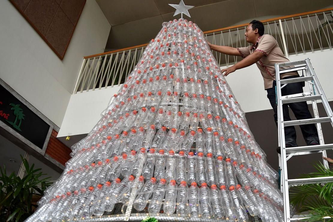 Selain untuk memeriahkan Hari Raya Natal, pohon Natal tersebut juga bertujuan mengkampanyekan pelestarian lingkungan melalui pemanfaatan daur ulang sampah plastik. Antara Foto/Aditya Pradana Putra