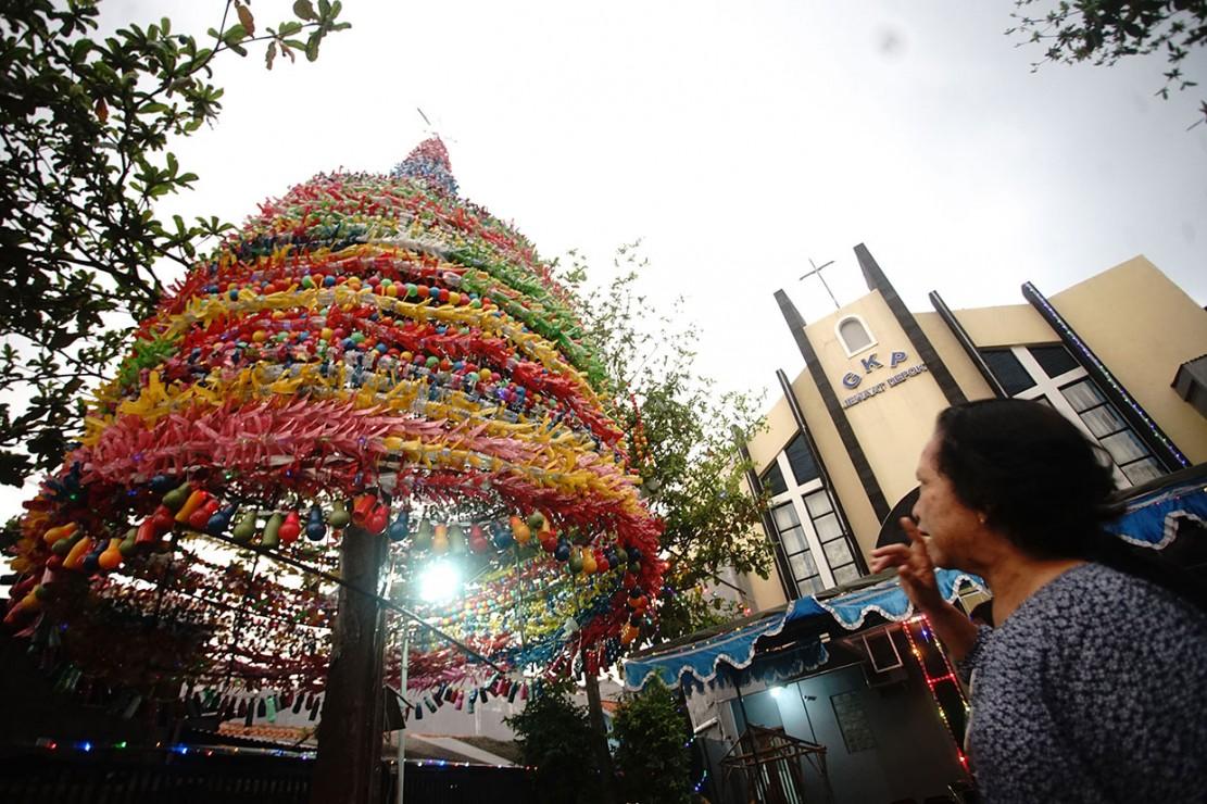 Pohon natal di Gereja Kristen Pasundan (GKP) Jemaat di Jalan Stasiun Depok, Jabar, terbuat dari botol dan gelas plastik bekas air mineral. Antara Foto/Kahfe Kamaru