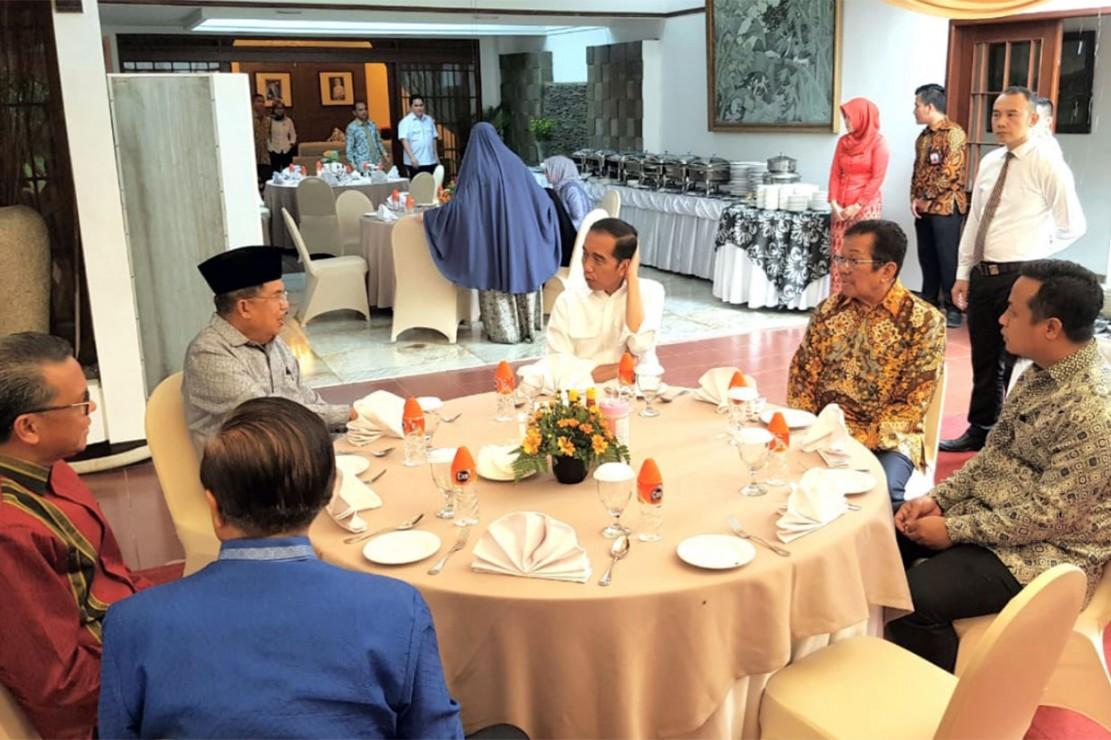 Dalam menu santap siangnya, Ibu Mufidah Jusuf Kalla menyajikan makanan khas perpaduan Makasar-Padang seperti telur ikan terbang, sambal mangga, ikan kakap pilet, sate domba, coto Makassar, dan ayam goreng Sulawesi.