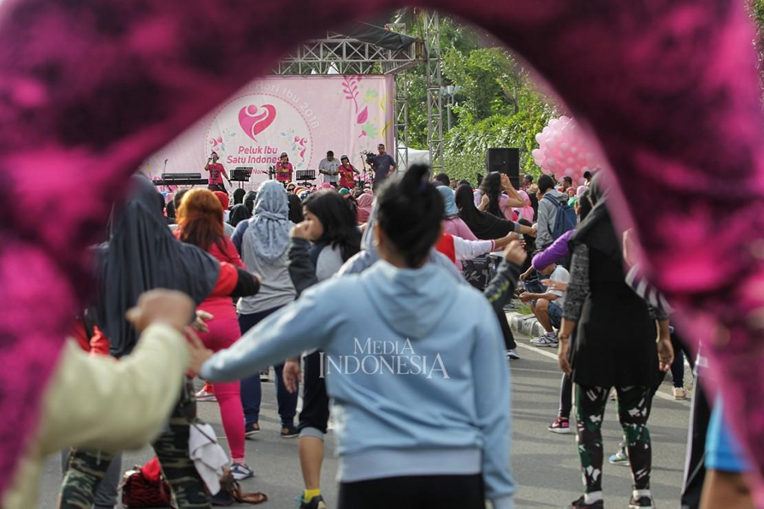 Puluhan perempuan mengikuti senam bersama pada acara