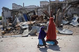 Ledakan kedua terjadi di wilayah yang sama satu setengah jam kemudian. Seorang wartawan Somalia dari media yang berbasis di London, Awil Dahir, tewas dalam ledakan.