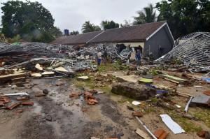 Akibat tsunami, hotel dan rumah-rumah roboh. Kerusakan tidak hanya terjadi di Banten melainkan juga di Lampung Selatan. Afp Photo/Ronald