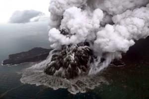 Erupsi pertama terjadi pada Sabtu (22/12/2018) pukul 17.22 WIB. Tinggi kolom abu teramati sekitar 1.500 meter di atas puncak (sekitar 1.838 meter di atas permukaan laut).