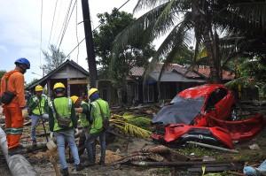 PLN Daerah Kerja Banten mencatat 14 gardu listrik sepanjang Pesisir Selatan Banten rusak akibat dihantam tsunami, 5 gardu diantaranya rusak parah dan ditargetkan jaringan listrik setempat bisa normal kembali dalam sepekan ke depan.