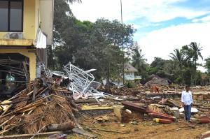 Presiden Joko Widodo meninjau lokasi bekas tsunami di Kampung Pasawahan, Carita, Pandeglang, Banten. Antara Foto/Bayu Prasetyo