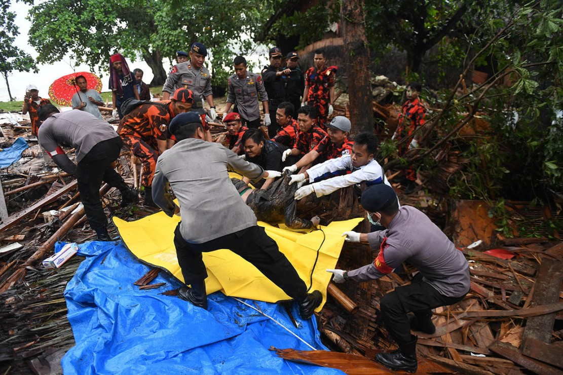 BNPB mencatat sebanyak 281 orang meninggal akibat tsunami yang terjadi di Selat Sunda, Banten, hingga Senin, 24 Desember 2018. Sementara 57 orang masih dicari. Antara Foto/Akbar Nugroho Gumay