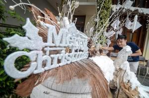 Panitia penyelenggara Hari Raya Natal membuat hiasan dari limbah di Katedral Santo Petrus, Bandung, Jawa Barat. Antara Foto/Raisan Al Farisi