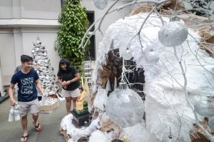 Hiasan yang berbahan dari koran, ban, botol bekas, serta limbah plastik lainnya tersebut bertujuan untuk ikut serta dalam gerakan bebas sampah yang digalakkan oleh pemkot Bandung dalam perayaan Natal 2018. Antara Foto/Raisan Al Farisi