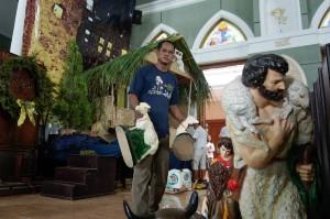 Petugas gereja menata hiasan patung dan bunga altar gereja di Gereja Katolik Santo Petrus, Pekalongan, Jawa Tengah. Sejumlah gereja mulai menghias dan menata patung beserta ornamen bunga altar gereja untuk persiapan ibadah dan Misa Natal. Antara Foto/Harviyan Perdana Putra