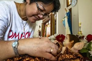 Petugas gereja menata dekorasi natal di Gereja Katolik Santo Marinus, Karawang, Jawa Barat. Sejumlah gereja mulai dihias dengan dekorasi - dekorasi natal untuk menyambut malam puncak perayaan Natal. Antara Foto/M Ibnu Chazar