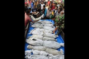 Ke-13 kerangka korban tsunami yang telah dikafani tersebut dibawa menggunakan mobil L-300 ke tempat pemakaman yang berada di kawasan LP Kajhu Aceh Besar.