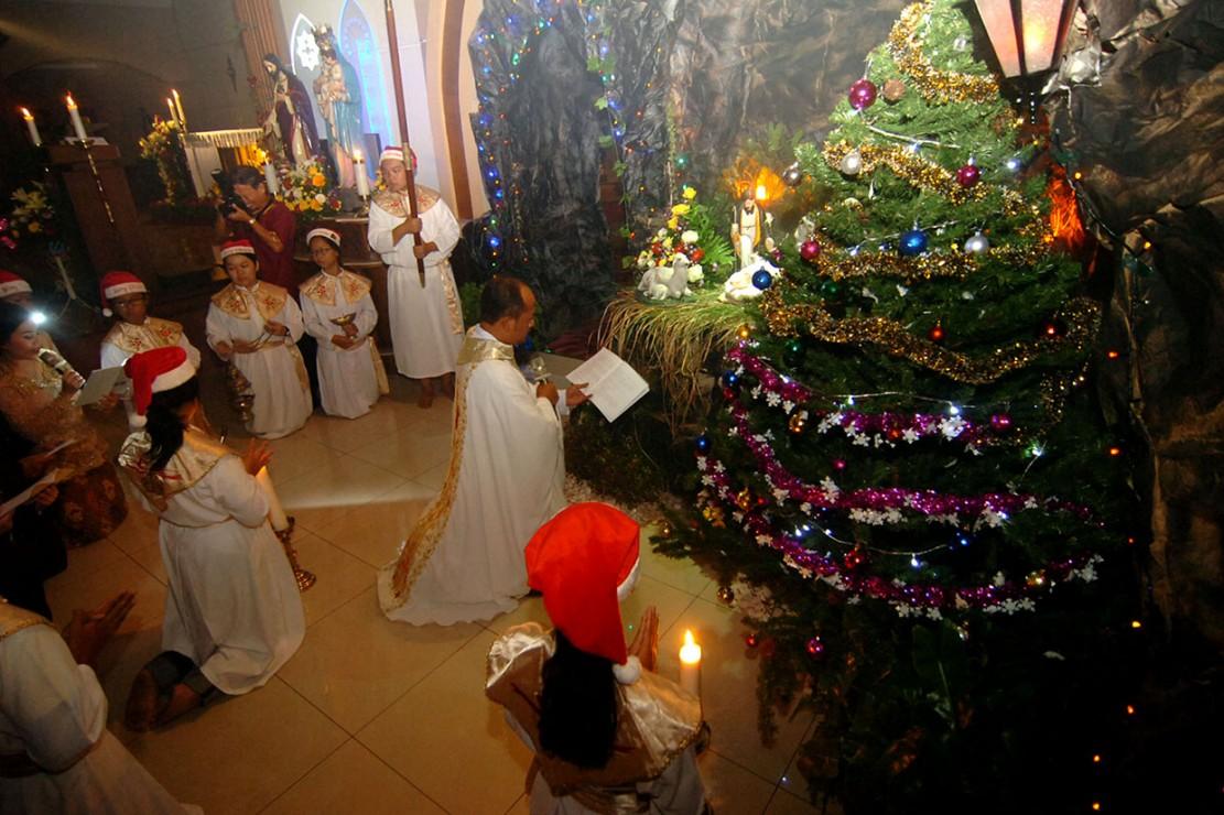 Sejumlah umat kristiani melaksanakan misa malam Natal di Gereja Hati Kudus Yesus, Tegal, Jawa Tengah. Umat kristiani setempat melaksanakan misa malam Natal dengan tema menumbuhkembangkan kasih serta berbagi kasih kepada seluruh umat pada perayaan Natal. Antara Foto/Oky Lukmansyah