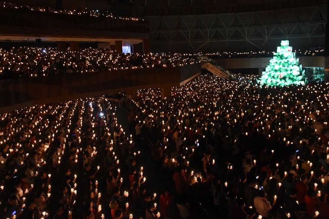 Sejumlah umat Kristiani mengikuti Misa Natal di Gereja Bethany Surabaya, Jawa Timur. Antara Foto/M Risyal Hidayat