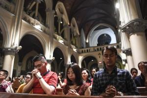 Umat Katolik melaksanakan misa malam Natal di Gereja Katedral, Jakarta. Antara Foto/Aprillio Akbar