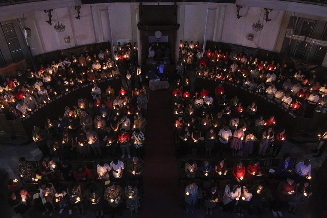 Perayaan Natal di Gereja Immanuel mengangkat tema Membangun Spiritualitas Damai Yang Menciptakan Pendamai. Antara Foto/Dhemas Reviyanto