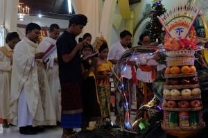 Sejumlah umat Katolik berbusana adat Bali memanjatkan doa saat misa malam Natal di Gereja Katolik Hati Kudus Yesus Palasari, Jembrana, Bali. Misa malam Natal dengan berpakaian adat Bali merupakan tradisi umat Katolik di Desa Palasari sebagai simbol akulturasi. Antara Foto/Nyoman Hendra Wibowo