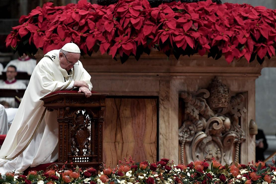Paus Fransiskus saat memimpin Misa Natal di Basilika Santo Petrus di Vatikan.