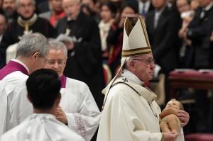Paus Fransiskus menyerukan kepada masyarakat di negara maju agar menjalani kehidupan yang lebih sederhana dan tidak terlalu materialistis. Dia juga mengutuk kesenjangan yang makin menganga antara orang-orang kaya dan miskin di dunia.