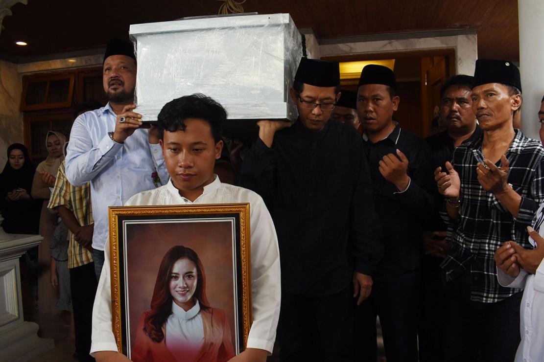Istri vokalis Ifan Seventeen akhirnya ditemukan setelah sempat dikabarkan hilang pasca tsunami yang menerjang Banten, Sabtu, 22 Desember lalu. Dylan ditemukan dalam kondisi sudah tak bernyawa pada Senin, 24 Desember kemarin.