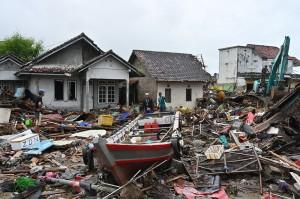 Sutopo juga menyampaikan, dari data terbaru akibat tsunami disebutkan 882 unit rumah rusak, 73 penginapan rusak, 60 warung rusak, 434 perahu dan kapal rusak, 24 kendaraan roda empat rusak, 41 kendaraan roda 2 rusak, 1 dermaga rusak, dan 1 shelter rusak.