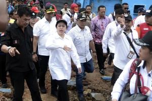 Dalam kunjungannya Menko PMK meninjau posko kesehatan dan dapur umum serta berinteraksi dengan warga korban bencana serta meninjau beberapa lokasi terparah terdampak tsunami.