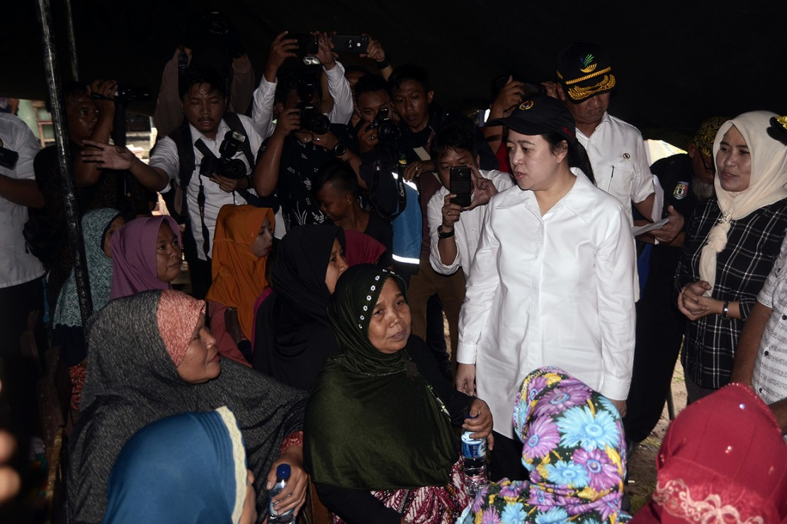 Menteri Koordinator Bidang Pembangunan Manusia dan Kebudayaan (Menko PMK) Puan Maharani (kedua kanan) mengunjungi korban tsunami di Desa Way Muli, Kecamatan Rajabasa, Lampung Selatan.